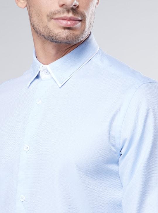 قميص بقصة سليم وياقة بأزرار منخفضة وأكمام طويلة