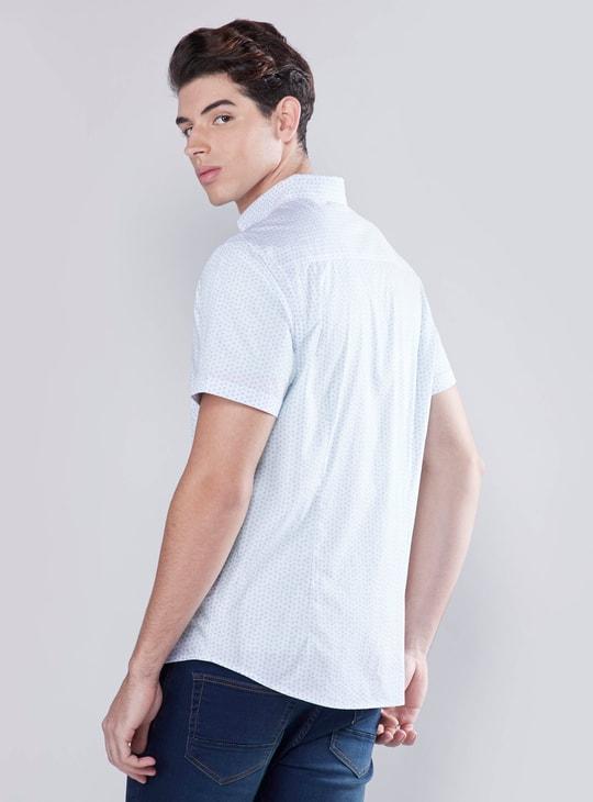 قميص بأكمام قصيرة وجيب خارجي وطبعات