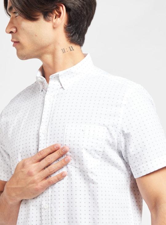 قميص بياقة عادية وأكمام قصيرة وجيب خارجي وطبعات
