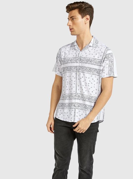 قميص بقصّة سليم بطبعات وياقة عادية وأكمام قصيرة