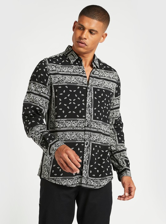 قميص سليم بياقة عاديّة وأكمام طويلة وطبعات