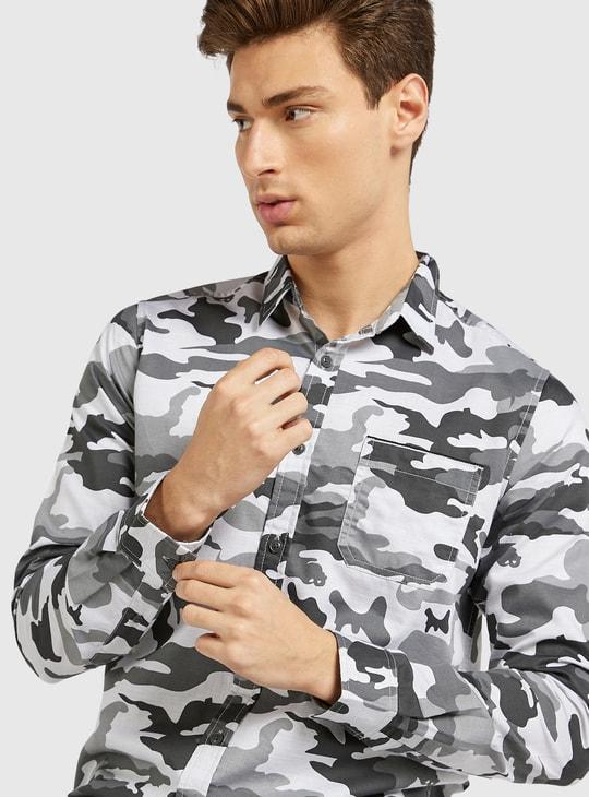 قميص بياقة عادية وأكمام طويلة وطبعات مموهة