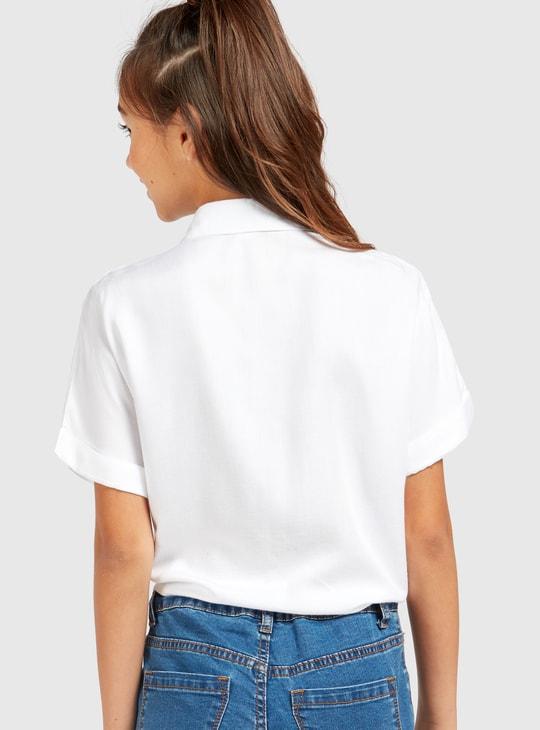 قميص سادة بأكمام قصيرة وتفاصيل عقدة