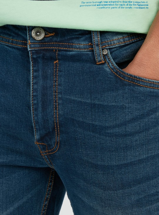 بنطلون جينز بارز الملمس بقصة سليم  وتفاصيل جيوب وحلقات حزام