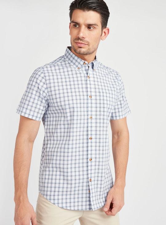 قميص كاروهات بياقة عادية وأكمام قصيرة