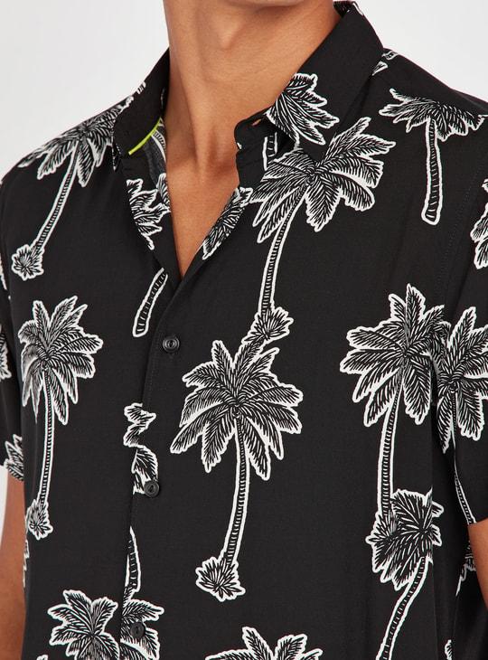 قميص سليم بياقة عاديّة وأكمام قصيرة وطبعات