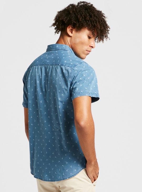 قميص دنيم بياقة عادية وأكمام قصيرة وطبعات