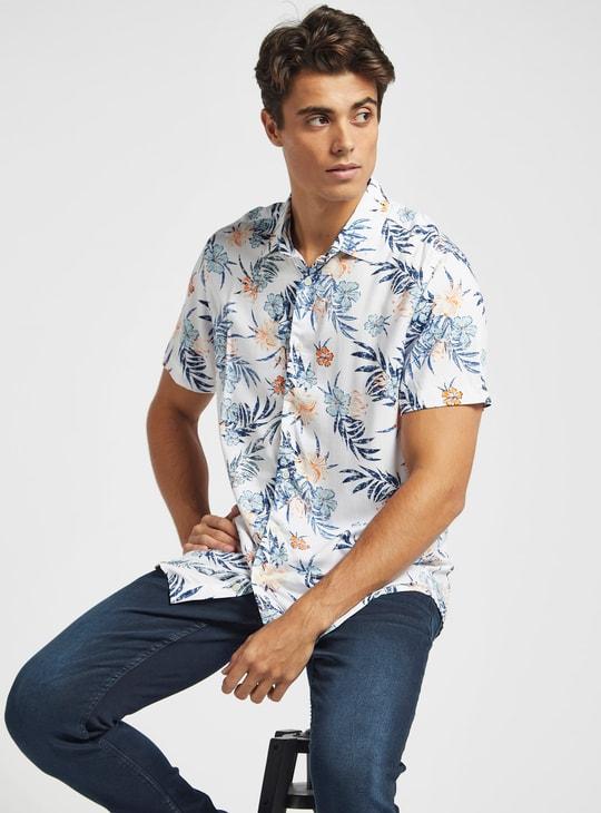 قميص بطبعات وأكمام قصيرة وياقة عادية