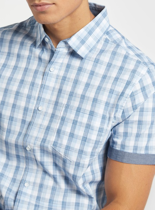 قميص مربعات بأكمام قصيرة وجيب خارجي