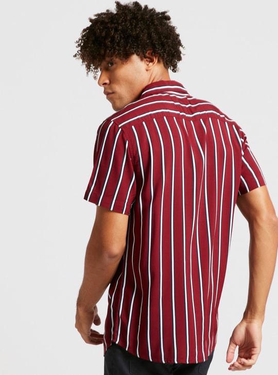 قميص مقلّم بياقة عاديّة وأكمام قصيرة