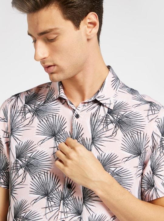قميص سليم بطبعات أوراق الشجر وأكمام قصيرة وأزرار للإغلاق