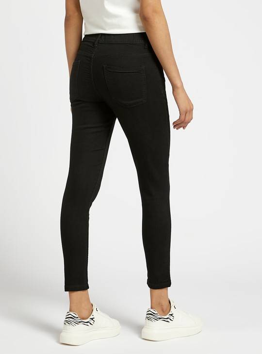 بنطلون جينز ضيق قصير سادة بخصر مطاطي متوسط الارتفاع
