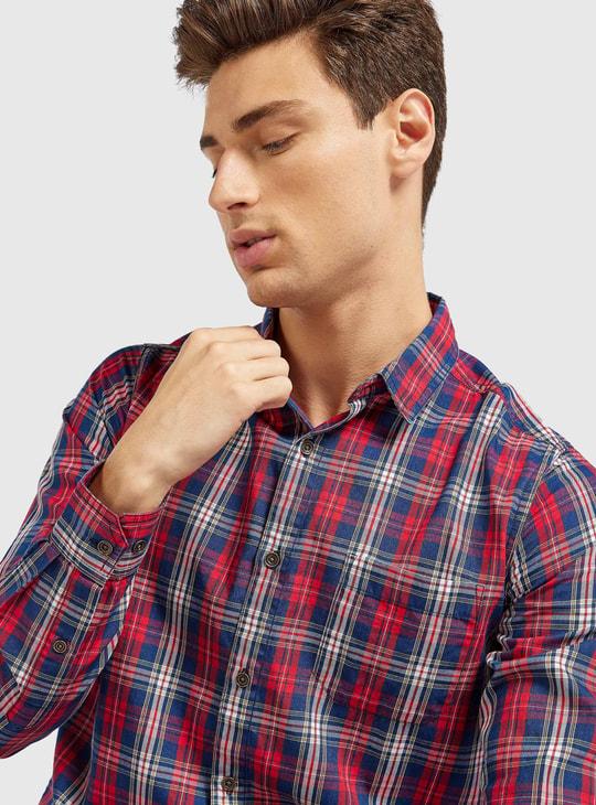 قميص كاروهات بياقة عاديّة وأكمام طويلة