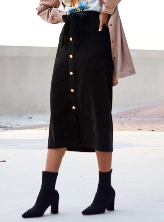 تنورة إيه لاين بارزة الملمس بطول متوسط وخصر مطّاطي مع وصلة أزرار