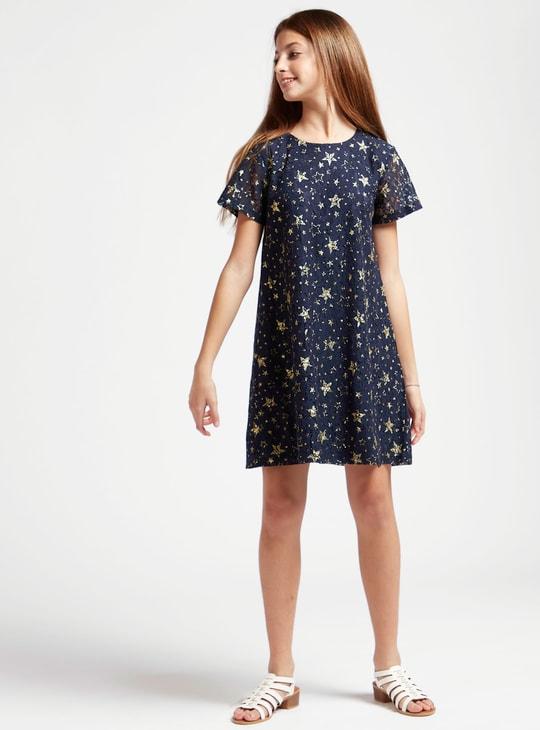 فستان بطبعات نجمة وتفاصيل دانتيل وياقة مستديرة وأكمام قصيرة