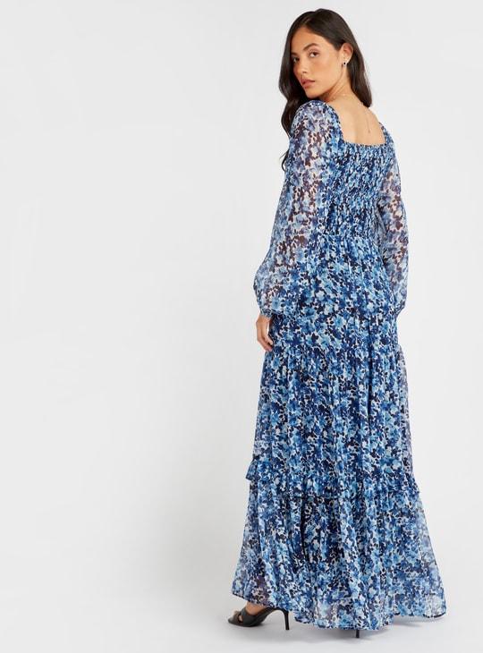 فستان متعدّد الطبقات طويل بطبعات أزهار وأكمام طويلة وياقة مربّعة