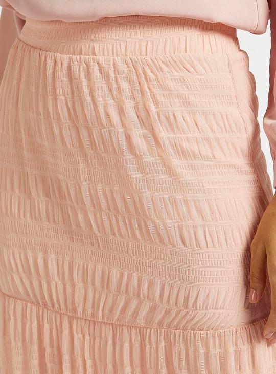 تنورة طويلة بارزة الملمس متعدّدة الطبقات مع تفاصيل شبكة