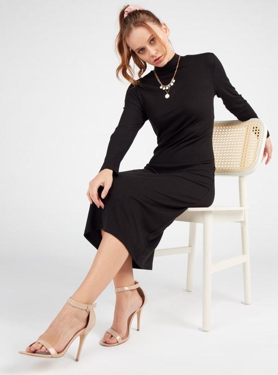 فستان واسع ميدي مضلّع بأكمام طويلة وياقة عالية