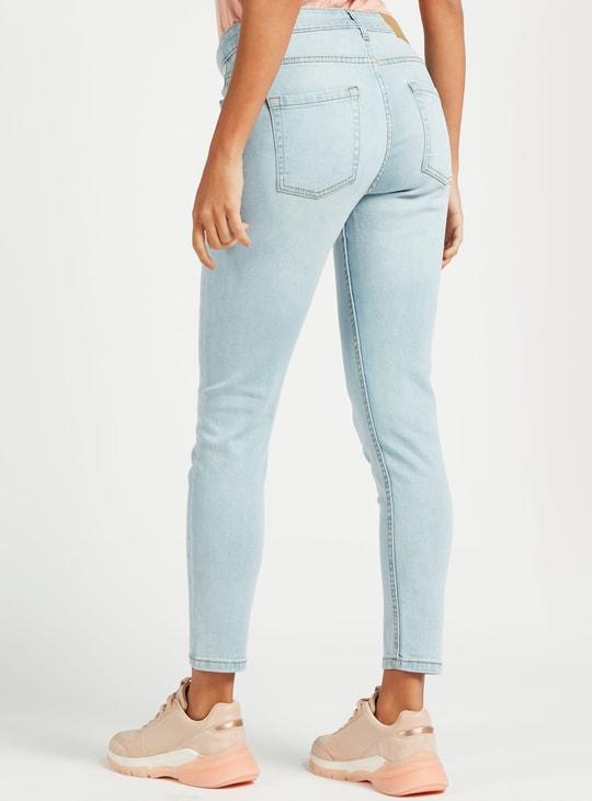 بنطلون جينز سكيني قصير بخصر متوسط الارتفاع وتفاصيل جيوب