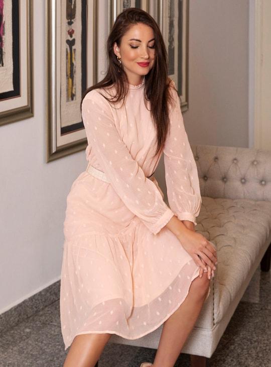 فستان بارز الملمس ميدي متعدد الطبقات بأكمام منفوشة طويلة وحواف غير مستوية