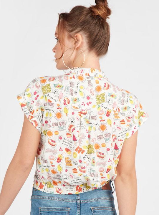 قميص بتفاصيل عقدة أمامية وطبعات