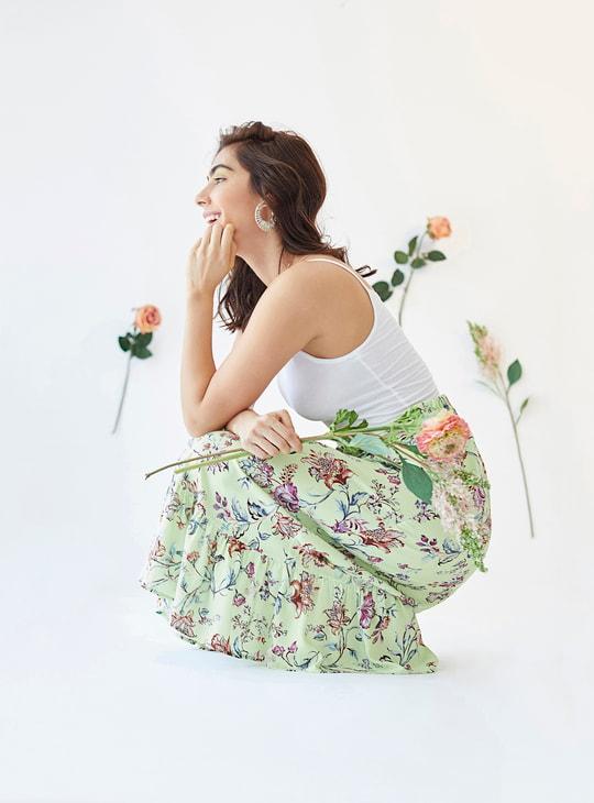 تنّورة طويلة متعددة الطبقات بطبعات أزهار وحافة طرف مكشكشة