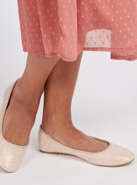 حذاء باليرينا بارز الملمس سهل الارتداء