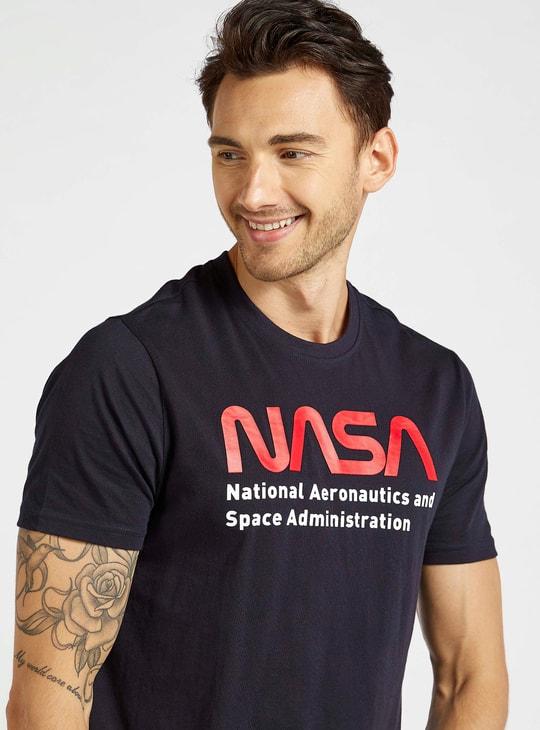 تيشيرت بياقة ضيّقة وأكمام قصيرة وطبعات ناسا