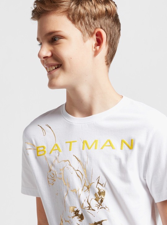 تيشيرت بياقة ضيّقة وأكمام قصيرة وطبعات باتمان جرافيك