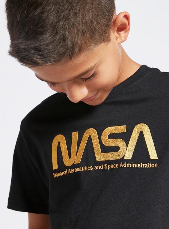 تيشيرت بياقة مستديرة وأكمام قصيرة وطبعات فويل من ناسا