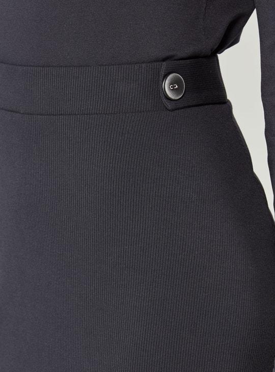 تنورة إيه لاين ميدي مضلّعة متوسطة الطول بخصر مطاطي وتفاصيل أزرار