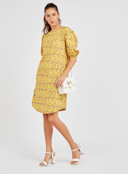 فستان واسع بطبعات زهور وياقة عالية وأكمام طويلة