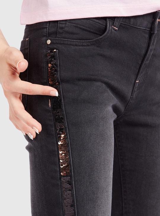 بنطلون جينز بقصة سكيني سادة بتفاصيل جيوب وشريط جانبي