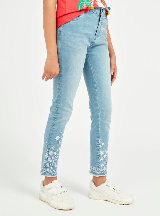 بنطلون جينز  مطرز بتفاصيل جيوب وجزء ممزق