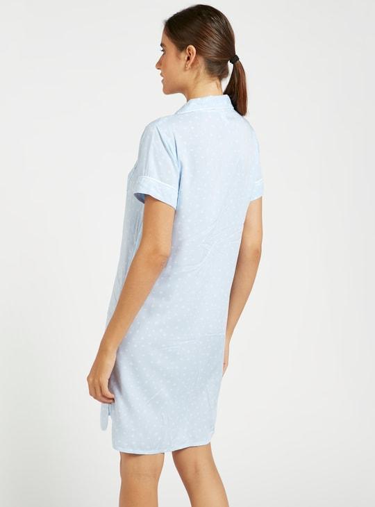 قميص نوم منقط بياقة عادية وأكمام قصيرة