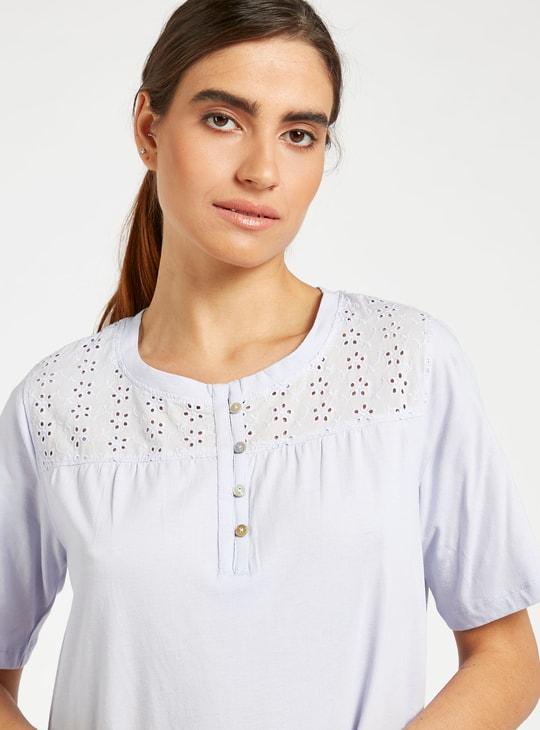 قميص نوم بياقة مستديرة واكمام قصيرة ونير مطرز