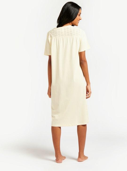 فستان نوم سادة بتفاصيل شيفلي وأكمام قصيرة