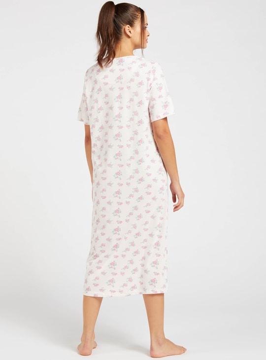 قميص نوم بياقة مستديرة وأكمام قصيرة وطبعات بالكامل
