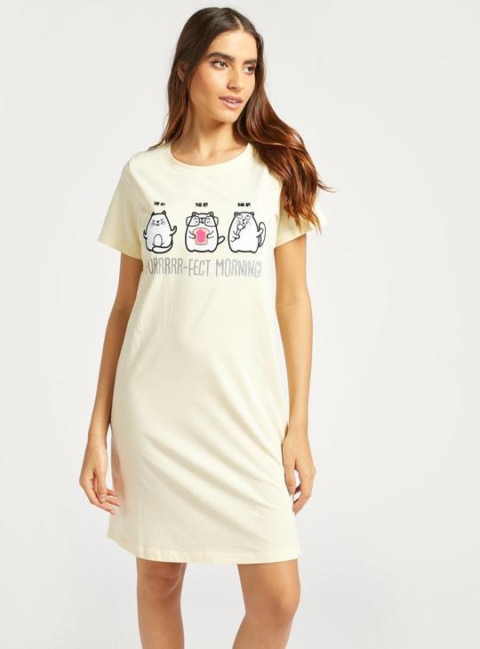 قميص نوم مطرّز بياقة مستديرة وأكمام قصيرة
