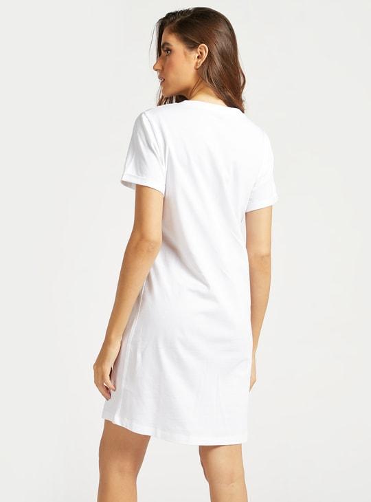 قميص نوم بِياقة مستديرة وأكمام قصيرة وطبعات