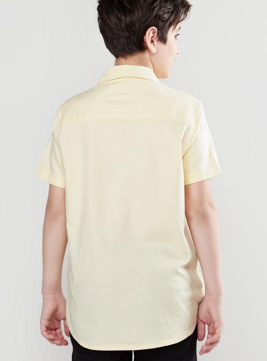 قميص أكسفورد سادة بأكمام قصيرة وتفاصيل جيوب