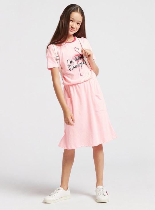 فستان بياقة مستديرة وأكمام قصيرة وطبعات فلامنجو جرافيك