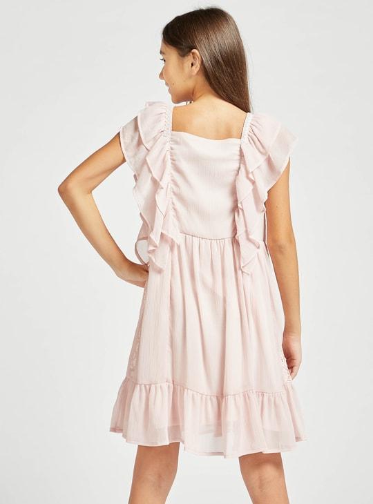فستان بطول الركبة بأكمام كشكش وتفاصيل دانتيل
