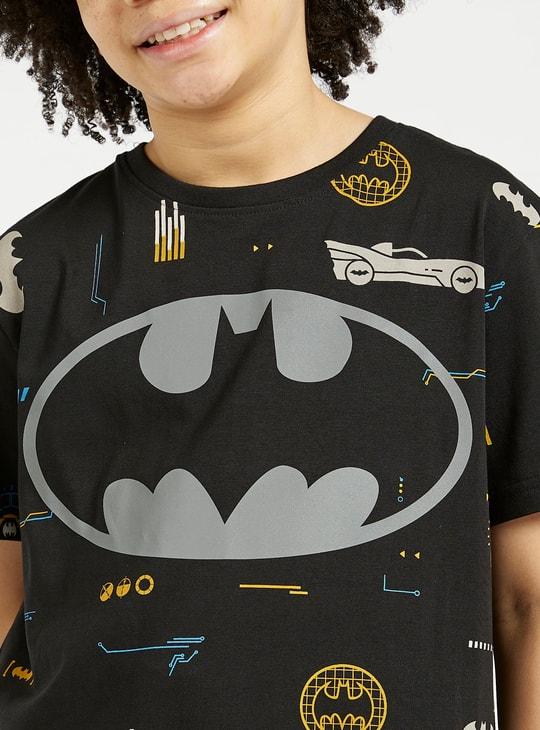تيشيرت بأكمام قصيرة وطبعات باتمان جرافيك تزينه بالكامل