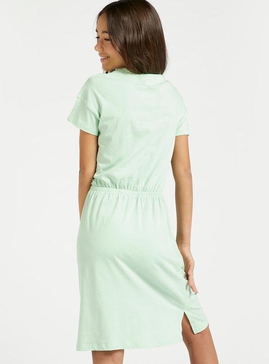 فستان بأكمام قصيرة وخصر مطاطي وطبعات