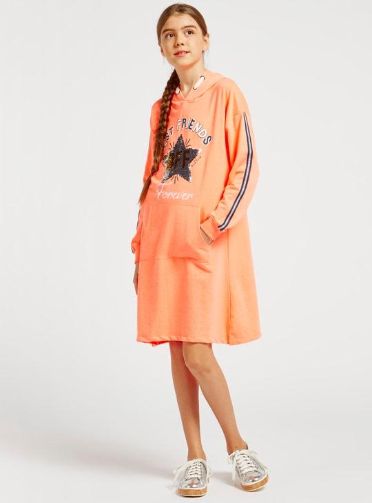 فستان كنزة قصير بتفاصيل ترتر وأكمام طويلة وقبّعة