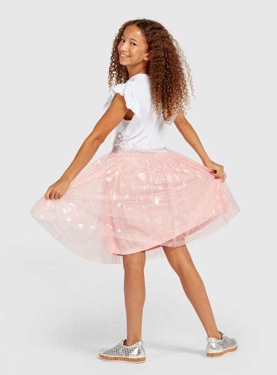 فستان بطول الركبة بياقة مستديرة وأكمام كاب وطبعات