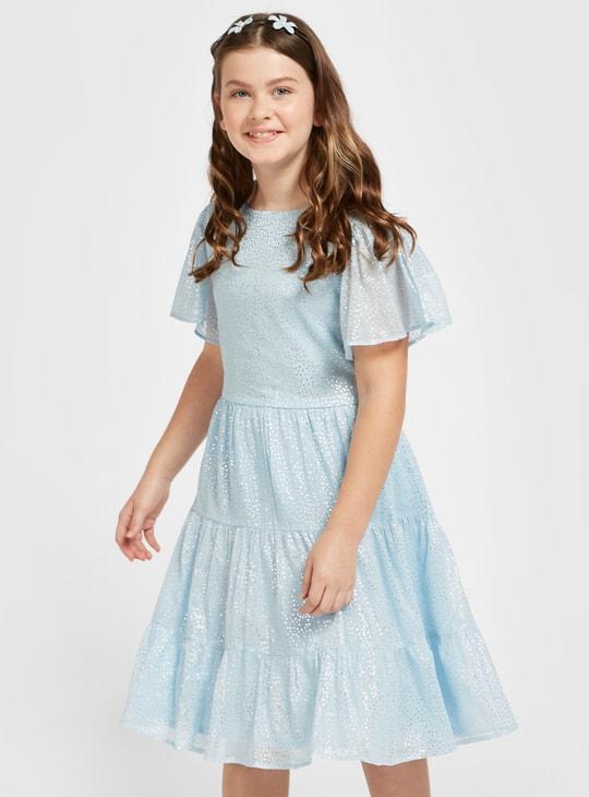 فستان متعدد الطبقات بطول الركبة وأكمام قصيرة وطبعات فويل