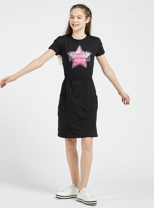 فستان قصير بطبعات وأكمام قصيرة وجيوب