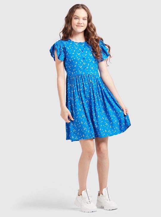فستان قصير بطبعة زهور وأكمام كاب
